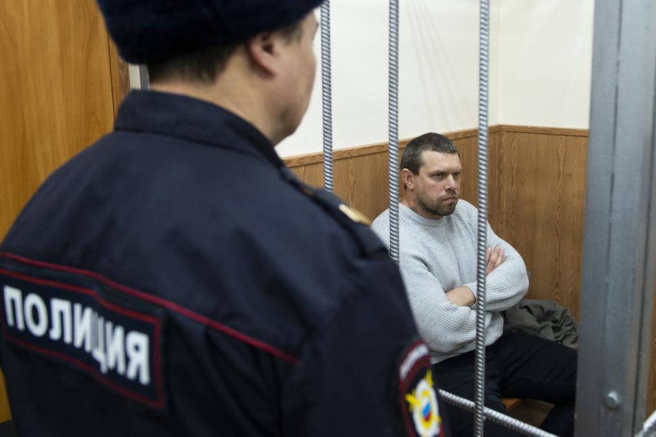 Denis Konowalow (r), ehemaliger Polizist in Russland, sitzt vor einer Vernehmung in einer Zelle. Gleich fünf Polizisten müssen für viele Jahre ins Straflager, weil sie dem Reporter Iwan Golunow Drogen untergeschoben haben.