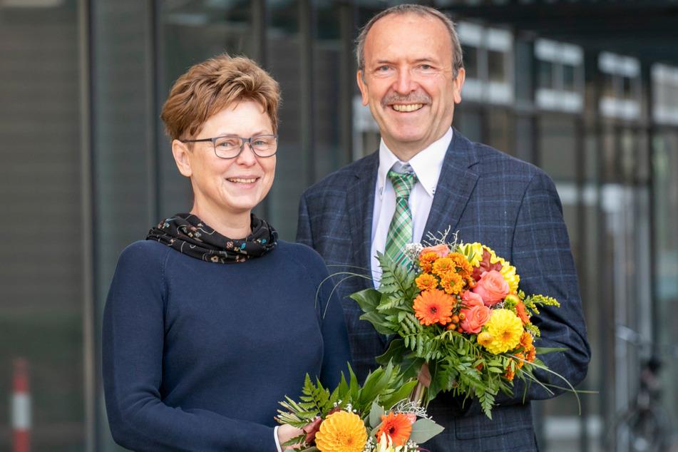 Der Leiter des Grünflächenamtes, Detlef Thiel (60), freut sich gemeinsam mit Sachgebietsleiterin Eva Meyer (57) über die Ehrung.