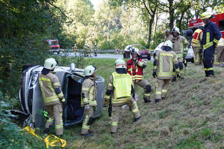 Die Frau musste von den Rettungskräften aus dem Auto befreit werden.