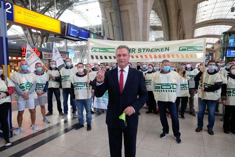 GDL-Chef Claus Weselsky (62) kam am Donnerstag zum Leipziger Hauptbahnhof.