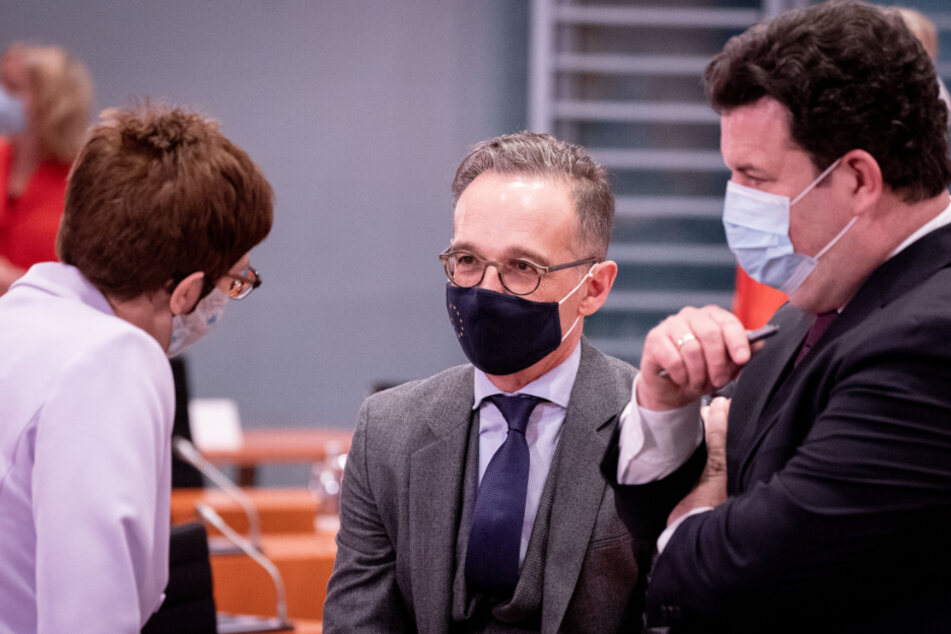Arbeitsminister Hubertus Heil (47, SPD, rechts) im Zwiegespräch mit Annegret Kramp-Karrenbauer (58, CDU) und Heiko Maas (54, SPD, Mitte).