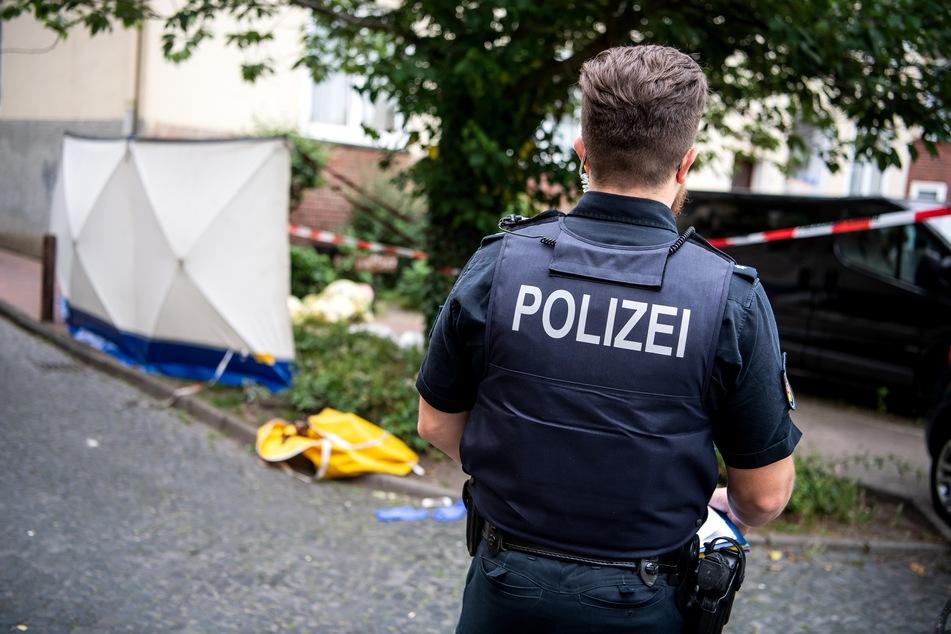 Polizei wird zu Streit gerufen, Beteiligter zieht plötzlich ein Messer!