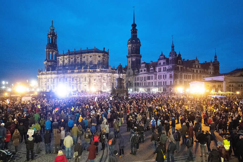 Tausende Teilnehmer einer Querdenken-Demonstration auf dem Theaterplatz.