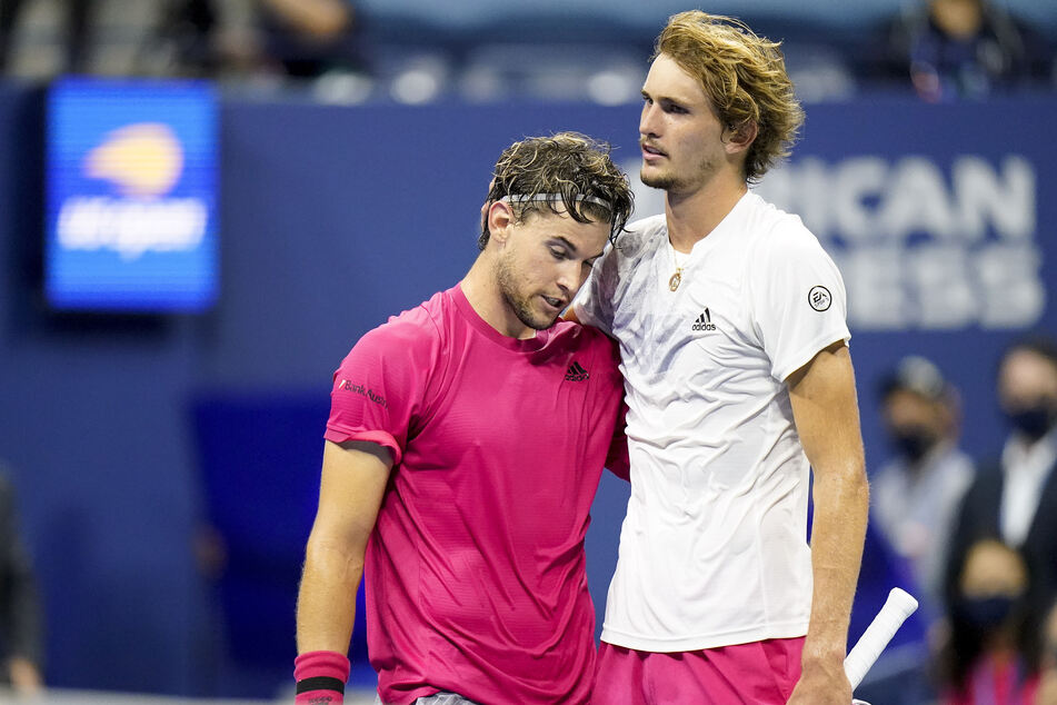 Dominic Thiem (27, l.) aus Österreich und Alexander Zverev (23) aus Deutschland umarmen sich nach dem Spiel.