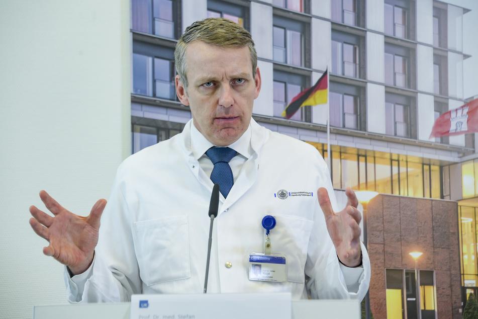 Stefan Kluge, Direktor der Klinik für Intensivmedizin des UKE, spricht bei einer Pressekonferenz.