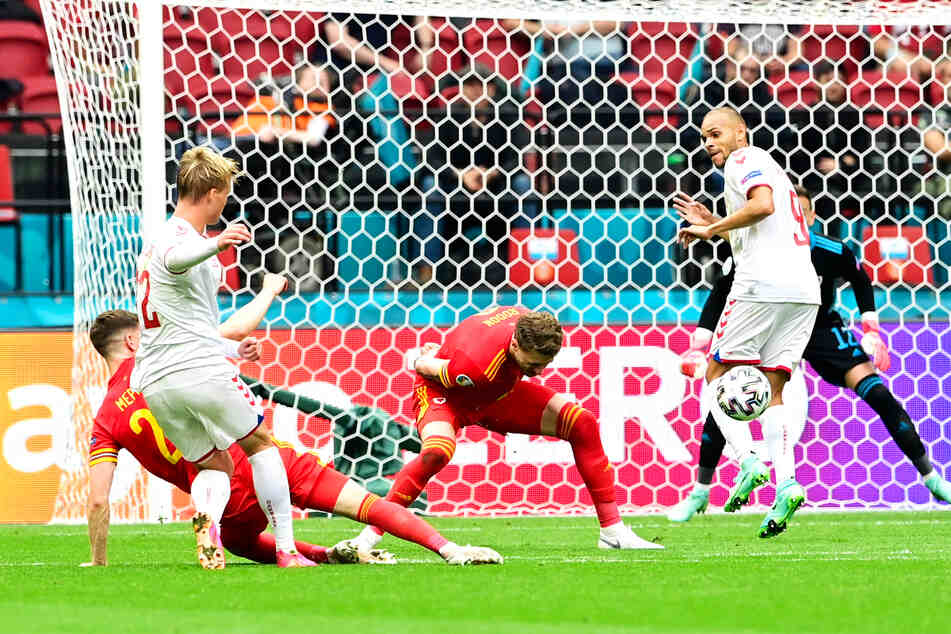 Das erste Tor der K.o.-Runde! Kasper Dolberg (2.v.l.) zieht aus rund 18 Metern ab und trifft zum 1:0 für Danish Dynamite.