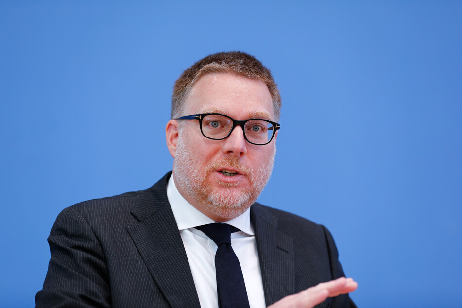 Ethikrat-Mitglied Steffen Augsberg (44) hält eine Impfpflicht für bestimmte Berufsgruppen oder Tätigkeitsbereiche für möglich.