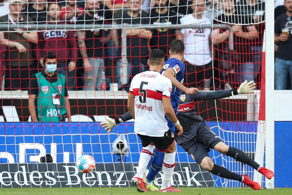Mitten ins VfB-Herz: Leverkusens Patrik Schick (M.) drückt die Kugel zum 2:0 über die Linie.