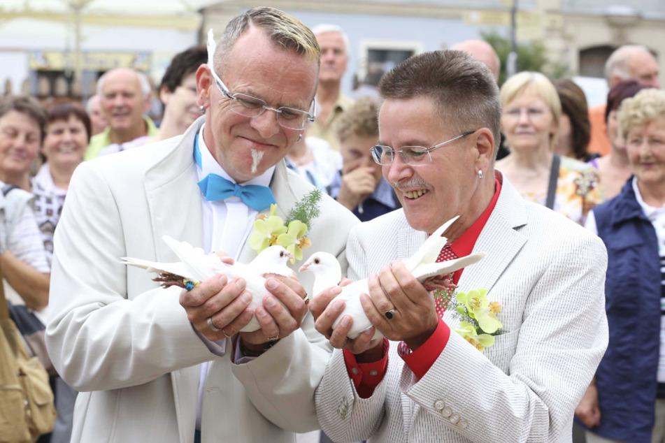2012 ließen Bernd Warkus (r.) und Ullrich Baudis zur Hochzeit weiße Tauben vom Meissener Marktplatz in den Himmel fliegen.
