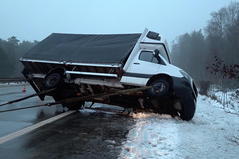 Glatteis-Gefahr auf der A2! Kleintransporter kommt ins Schleudern und kippt um