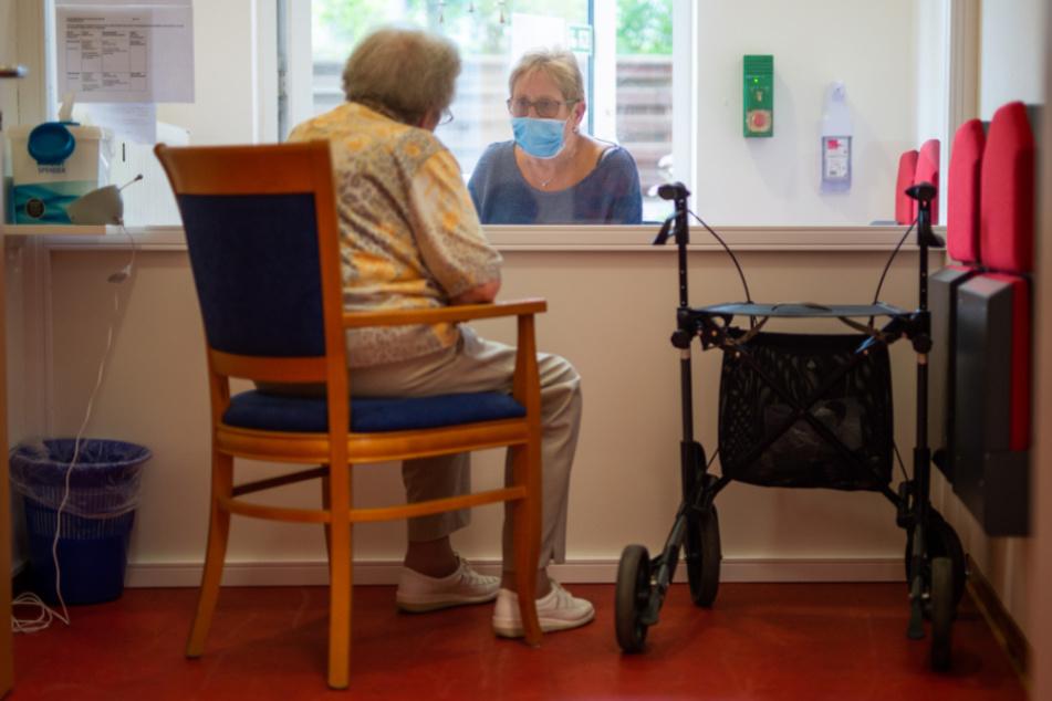 Besuche in Altenheimen werden wieder komplizierter (Symbolbild).