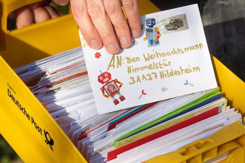 Ein Mitarbeiter vom Weihnachtspostamt Himmelsthür in Hildesheim zeigt Kinderbriefe an den Weihnachtsmann.