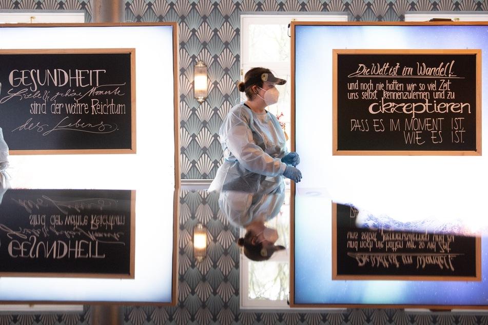 Mandy Kanitz (l) und Linda Rößler bereiten im Dresdner Restaurant Carolaschlösschen einen Corona-Schnelltest vor. Das Restaurant ist eines von mehr als 20 Testzentren in der Landeshauptstadt.