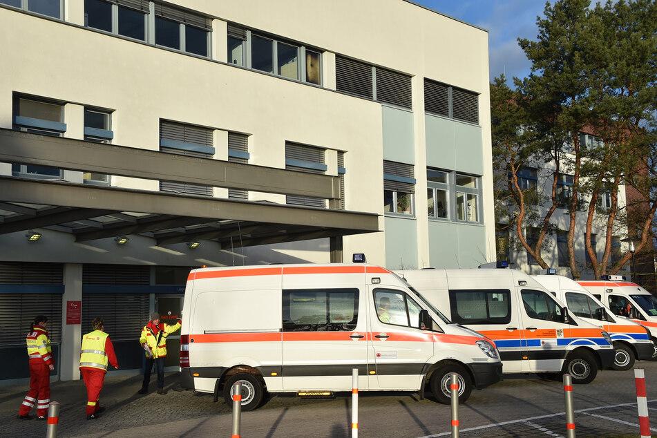 Krankenwagen stehen vor dem Krankenhaus in Oranienburg.