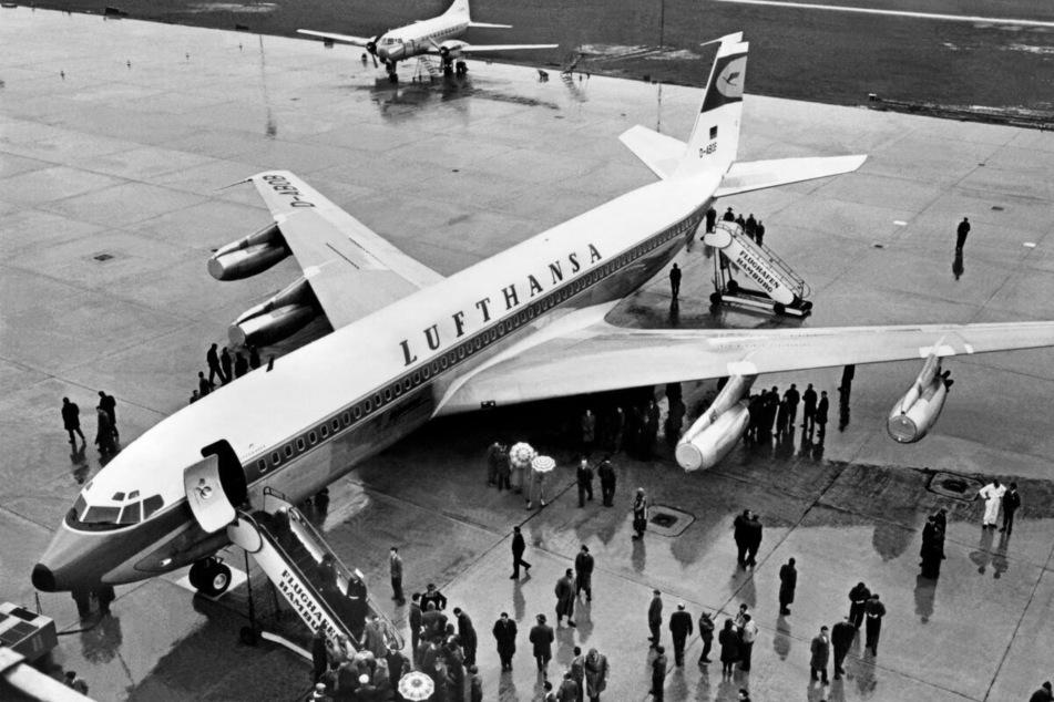 Die erste Boeing B 707-430 der Lufthansa trifft am 2. März 1960 in Hamburg ein und eröffnet damit das Düsenzeitalter im Linienverkehr. Im Hintergrund steht eine Convair 340.