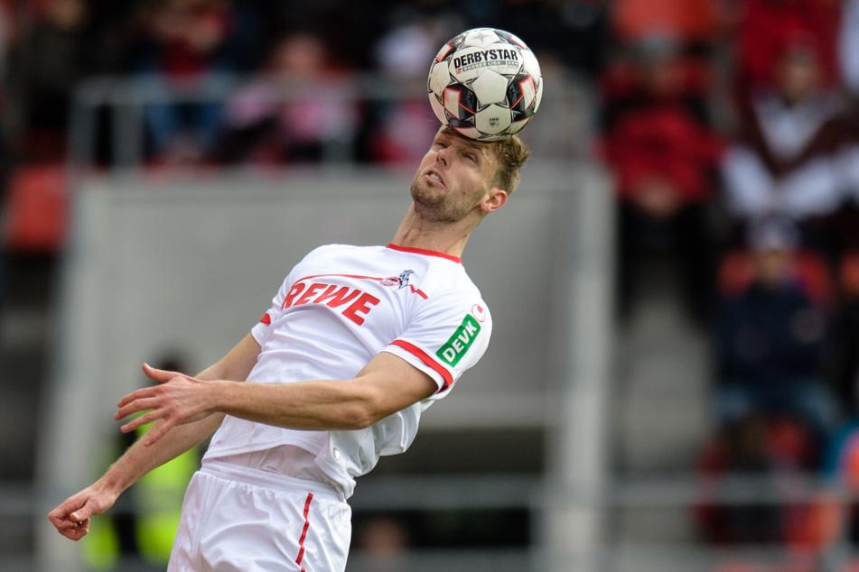 Lasse Sobiech von Köln spielt den Ball mit dem Kopf.