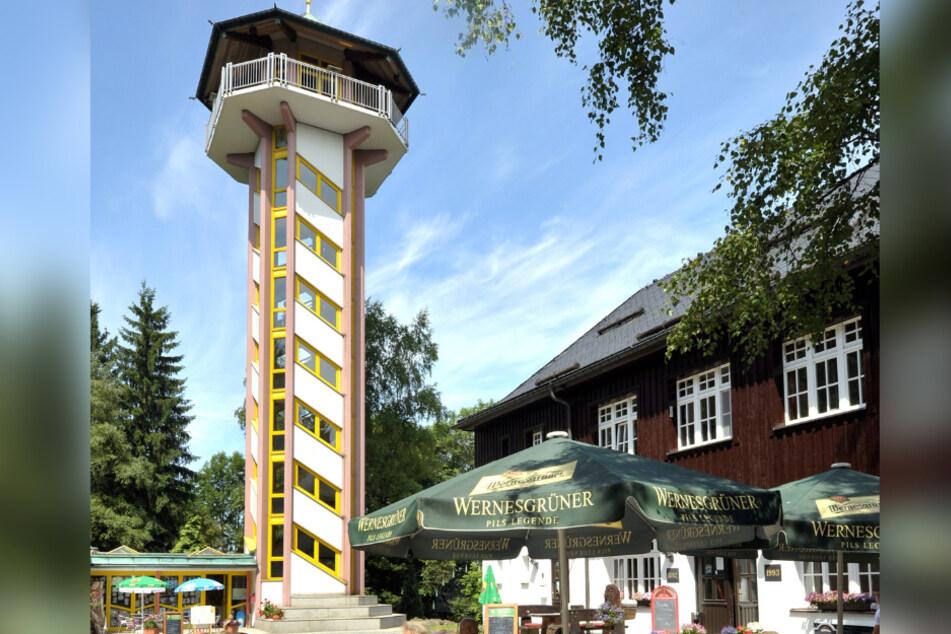 Von der Plattform in 22 Metern Höhe kann man einen Rund-um-Blick über das Erzgebirge genießen.