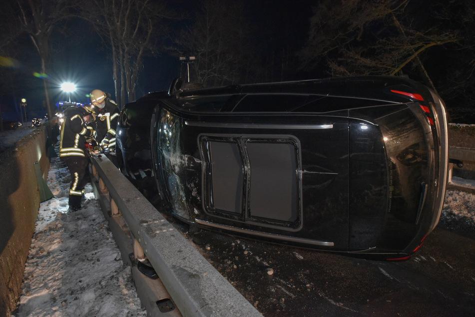 Unfall im Erzgebirge: Peugeot landet auf der Seite