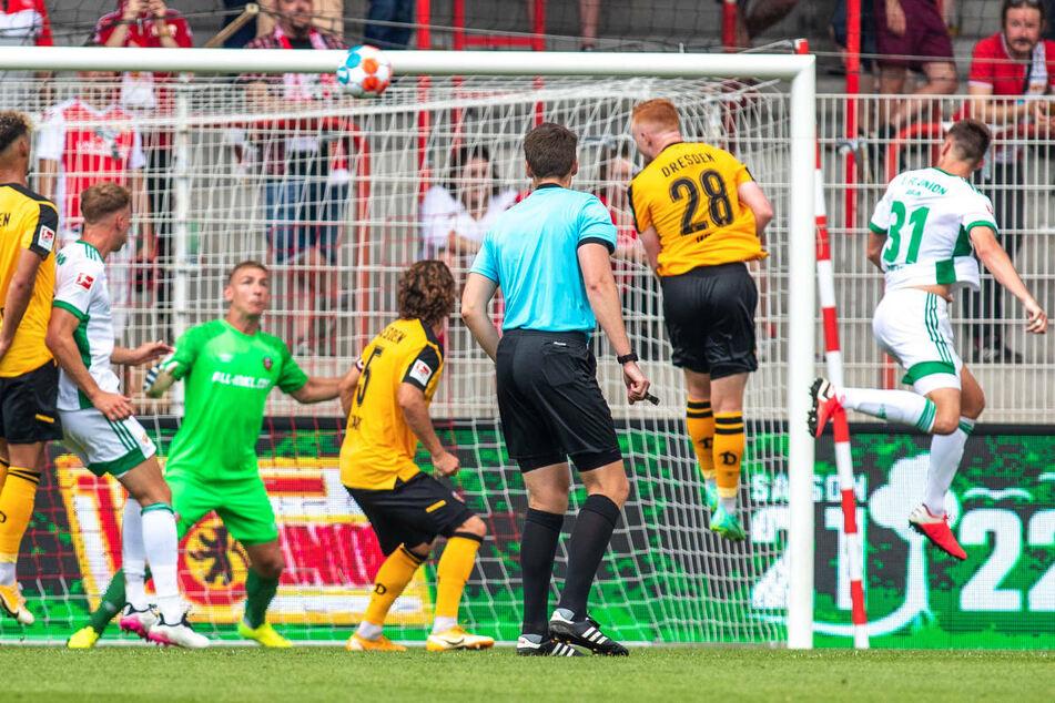 Union Berlins Abwehrchef Robin Knoche (r.) köpft den Ball nach einer Ecke zum 3:0-Endstand ins Tor.