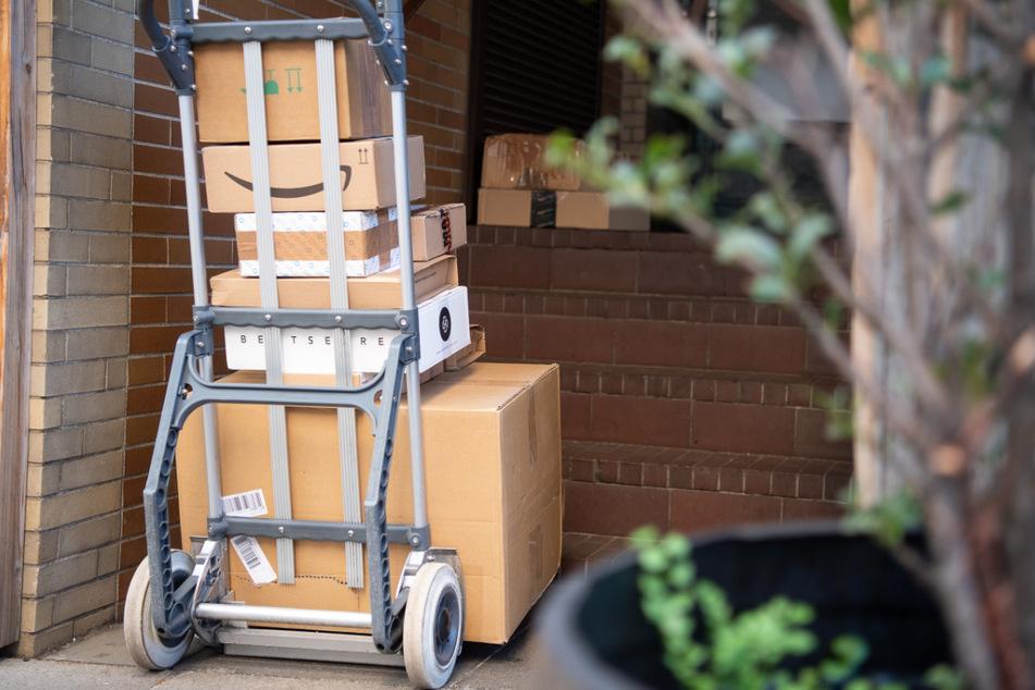 Paketbote stemmt sich gegen rollendes Auto, um es zu stoppen: Aktion endet tragisch