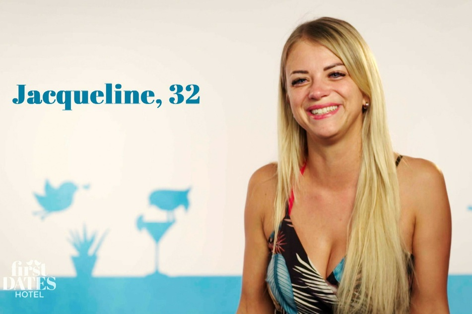 """""""First Dates Hotel""""-Kandidatin Jacqueline (32) kommt aus dem Strahlen gar nicht mehr heraus, als sie von ihrer Verabredung erfährt."""
