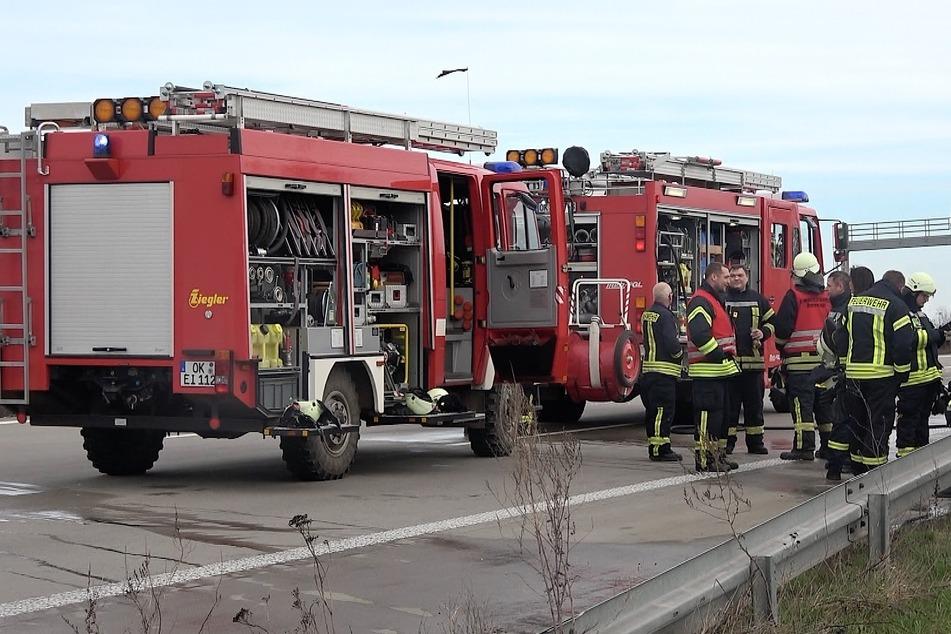 Der Fahrer und seine Ehefrau kamen glücklicherweise mit dem Schrecken davon. Die Autobahn musste im Zuge der Lösch- und Bergungsarbeiten gesperrt werden.