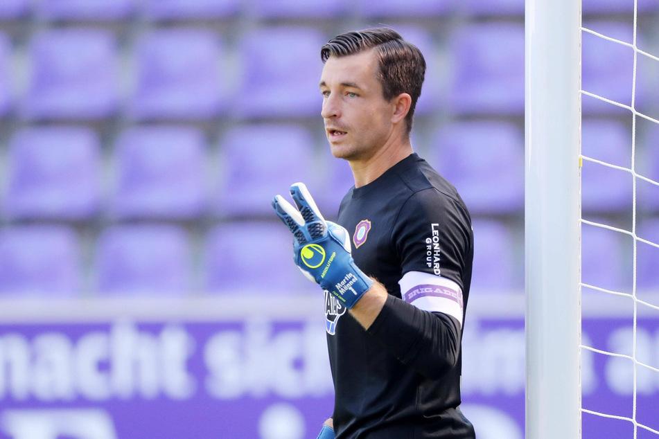 FCE-Kapitän Martin Männel (33) zeigt es an: Erst zwei Tore haben seine Kollegen auf dem Feld erzielt - das größte Problem der Auer.
