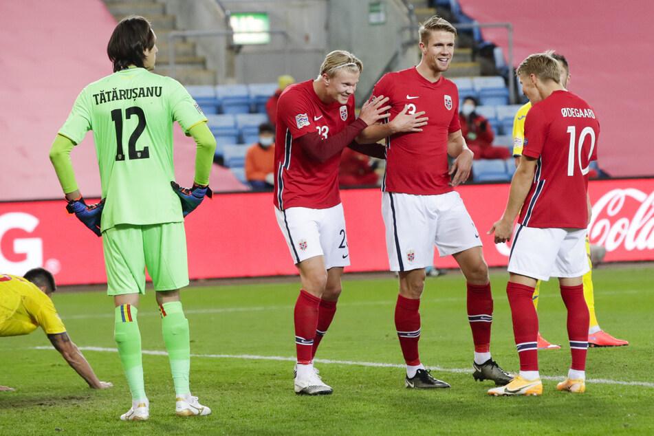 Erling Haaland (3.v.r, #23) feierte bei Norwegens 4:0-Sieg in der Nations League gegen Rumänien erstmals dreifach.