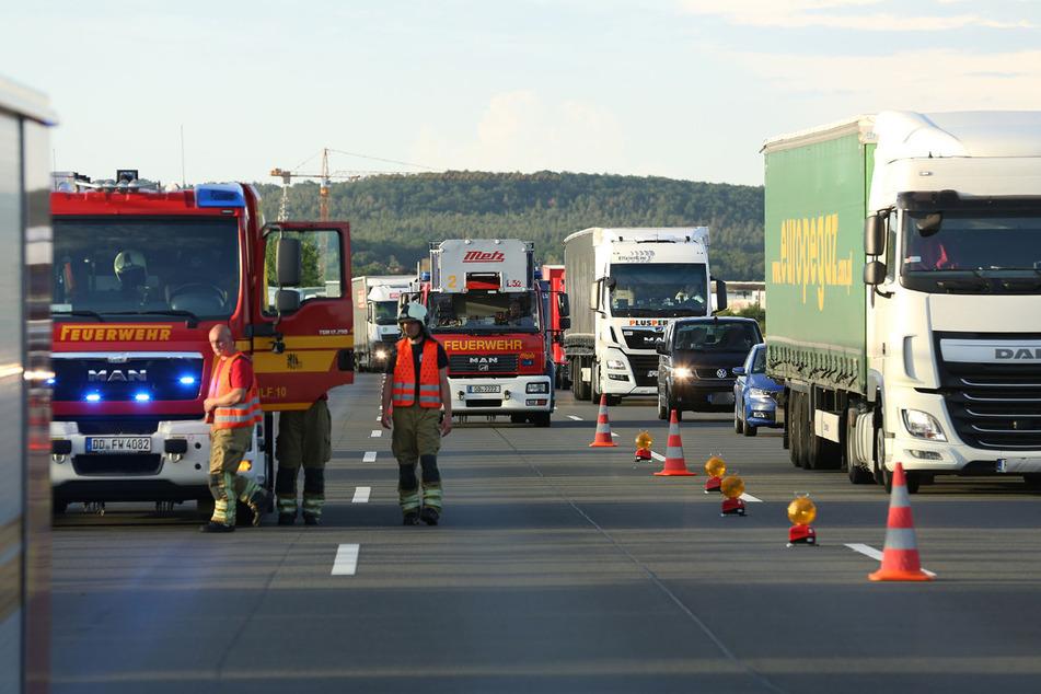Rettungskräfte von Polizei und Feuerwehr waren an der Unfallstelle am Montagabend im Einsatz. Es kam zum Stau auf der A4.