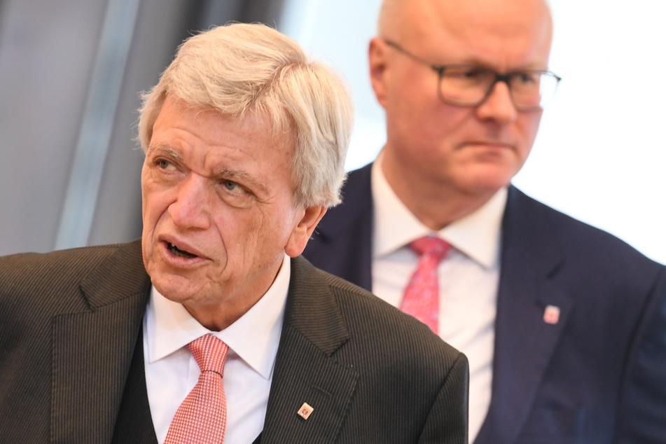 Hessens Ministerpräsident Volker Bouffier (l.) äußerte sich am Sonntagmittag zum Tod von Finanzminister Thomas Schäfer.