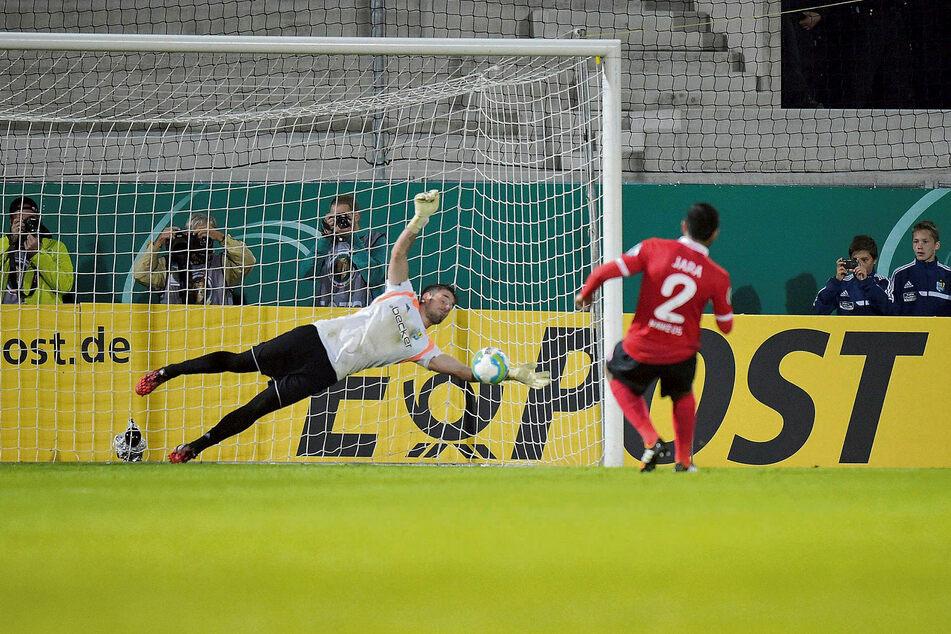 15. August 2014: Philipp Pentke pariert im Elfmeterschießen den Ball des Mainzers Gonzalo Jara Reyes. Die Sensation ist perfekt: Der Chemnitzer FC kickt den Bundesligisten aus dem DFB-Pokal.