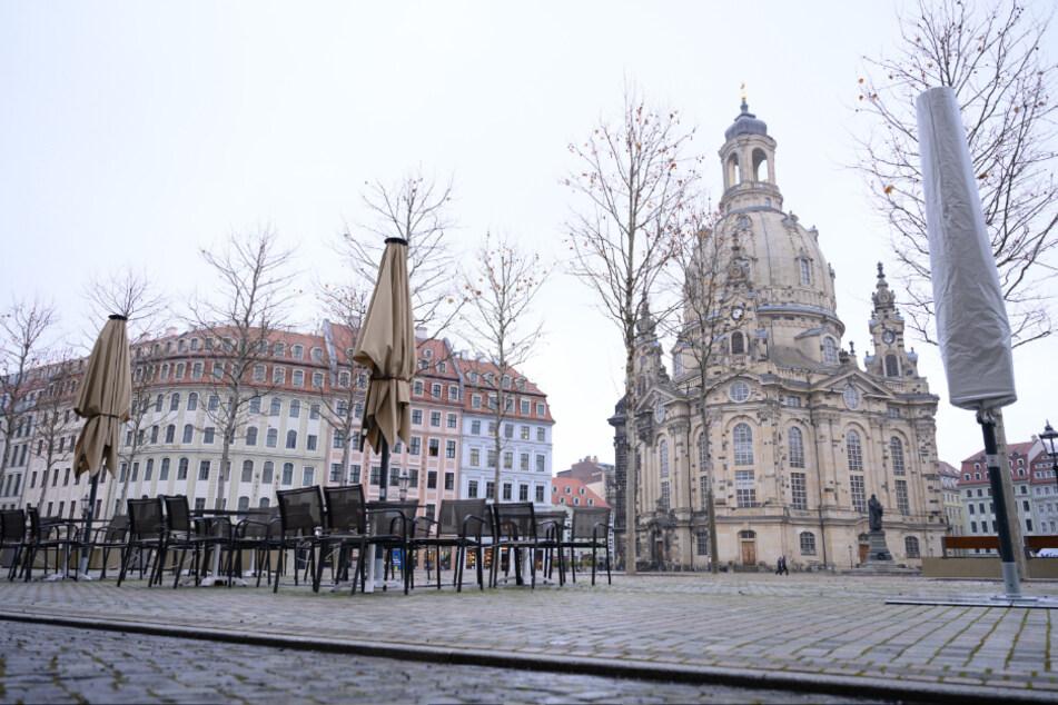 Dresden: Leere Tische und Stühle stehen auf dem Neumarkt vor der Frauenkirche.