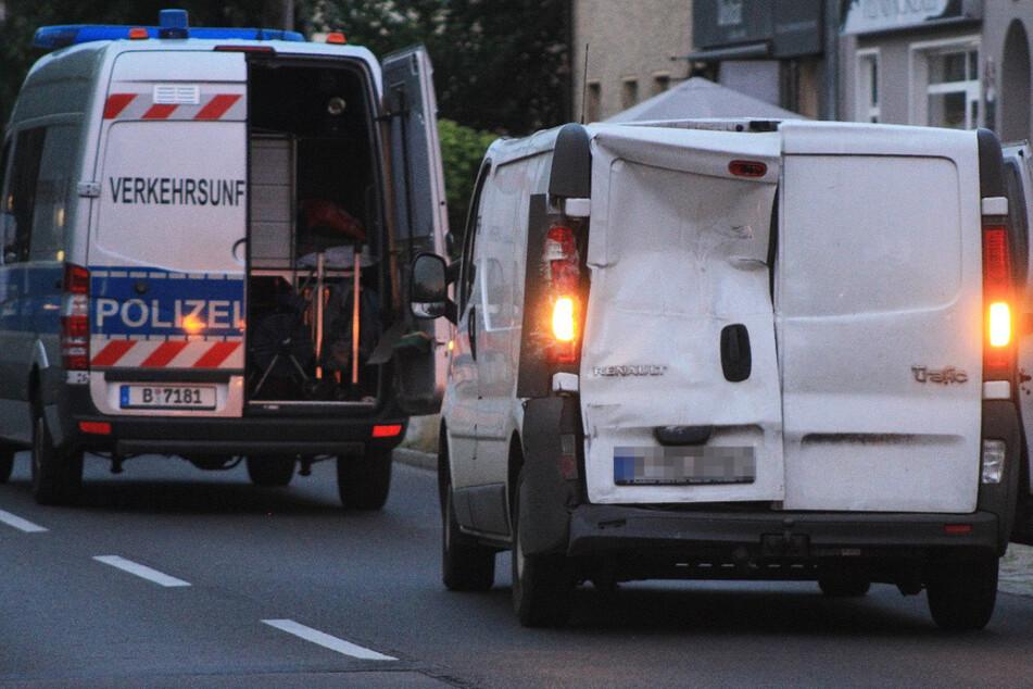 Die Folgen des Unfalls sind nicht zu übersehen. Durch den heftigen Aufprall wurde das Heck des Transporters eingedrückt.