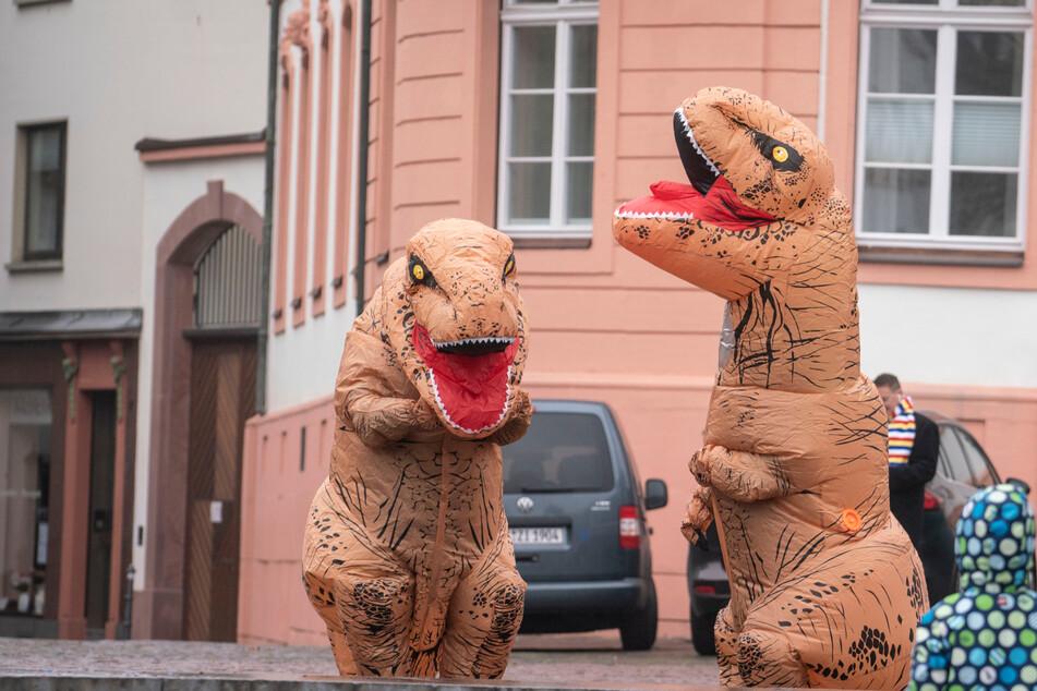 """Polizei muss ausdrücklich klarstellen: """"Ausgangssperre gilt auch für Dinosaurier"""""""