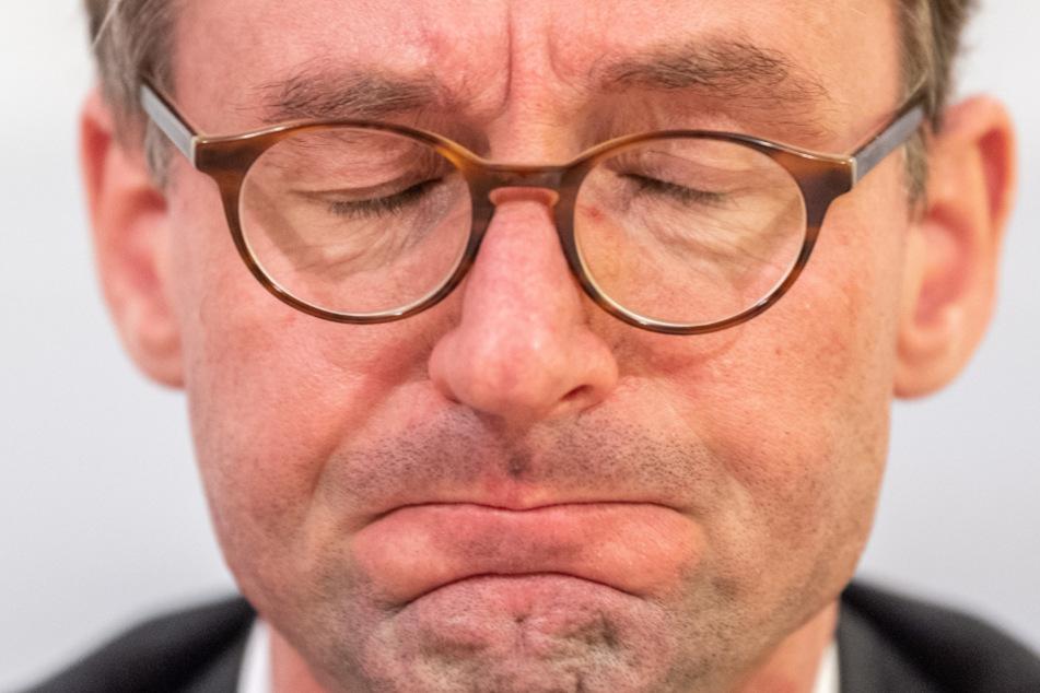 Der Druck der Koalitionspartner nötigte ihm nun eine Erklärung ab: Innenminister Roland Wöller (49, CDU) hatte den Korruptionsskandal vorher monatelang verschwiegen.