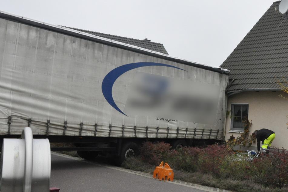 Wie ist das denn passiert? Lastwagen kracht gegen Hauswand