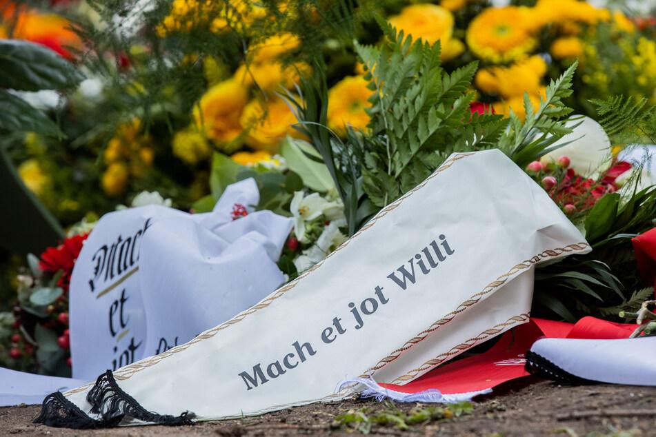 Blick auf das Grab von Willi Herren (†45) auf dem Kölner Melaten-Friedhof. Der Entertainer war am 20. April verstorben.