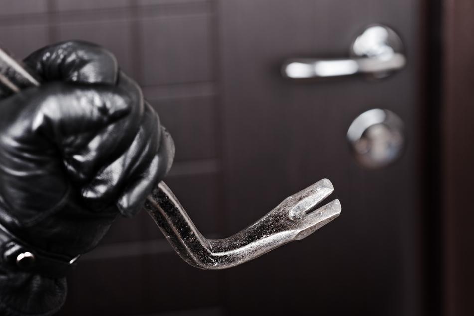 Eine Rentnerin (88) aus Chemnitz verjagte am Freitagabend einen Einbrecher. Dieser wollte offenbar in die Wohnung der Seniorin einsteigen (Symbolbild).