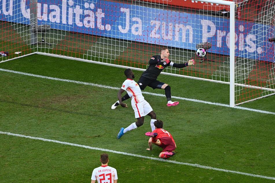 Die überraschende Führung: Jonas Hector (r.) köpft den 1. FC Köln mit 1:0 in Front, RB Leipzigs Torhüter Peter Gulacsi (hinten) kann dies nicht verhindern.