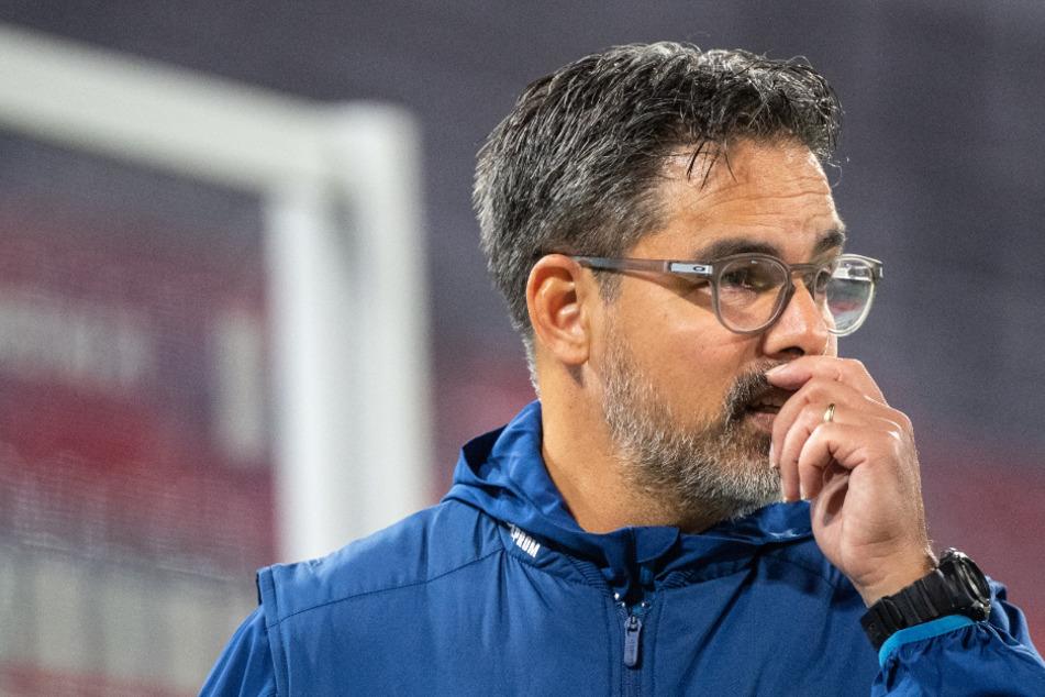 Nachdenkliche Miene bei Schalke-Coach David Wagner. Nicht nur wegen der sportlichen Misere, sondern wegen eines Corona-Falls.