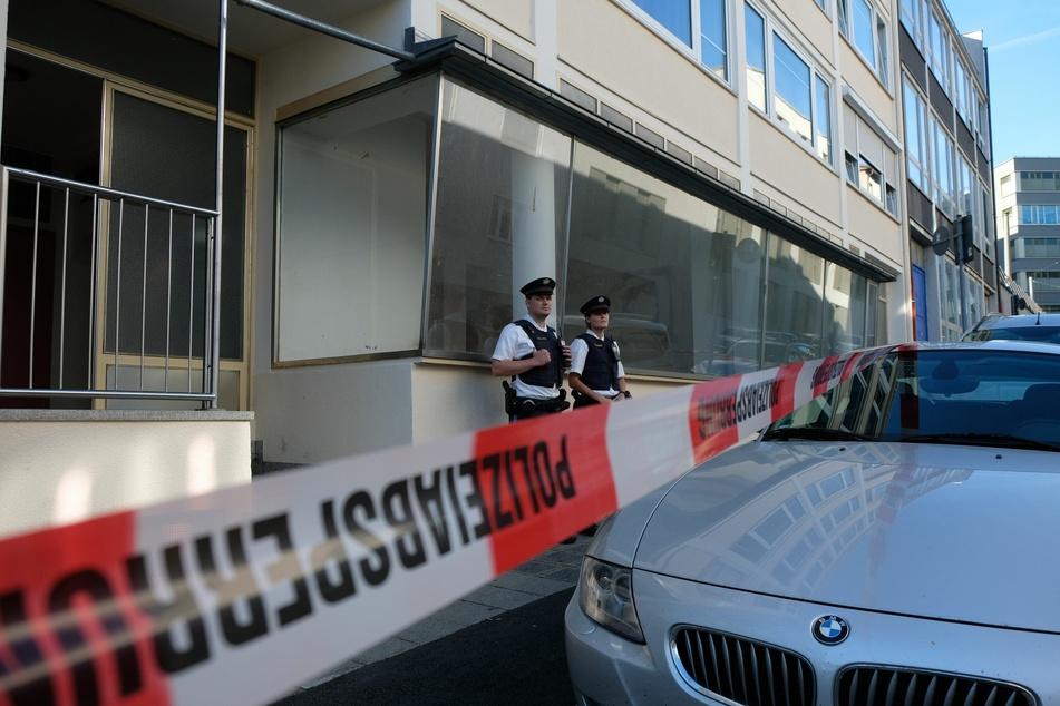Die Polizei hat den Bereich um das Wohnhaus abgesperrt.