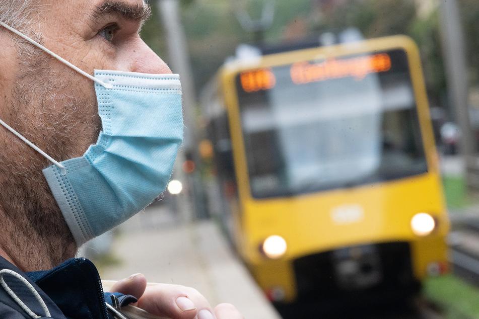 Im Kampf gegen die Corona-Pandemie gilt eine Maskenpflicht in Bus und Bahn.