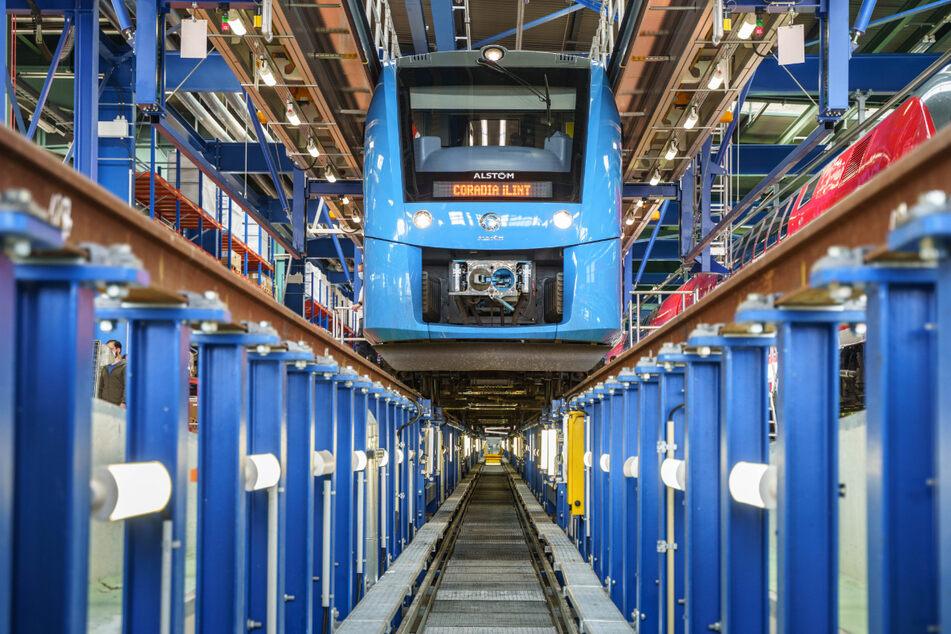 """Ein Vorserienfahrzeug des Wasserstoffzugs """"Coradia iLint"""" im Instandhaltungswerk der Bahn in Frankfurt-Griesheim."""