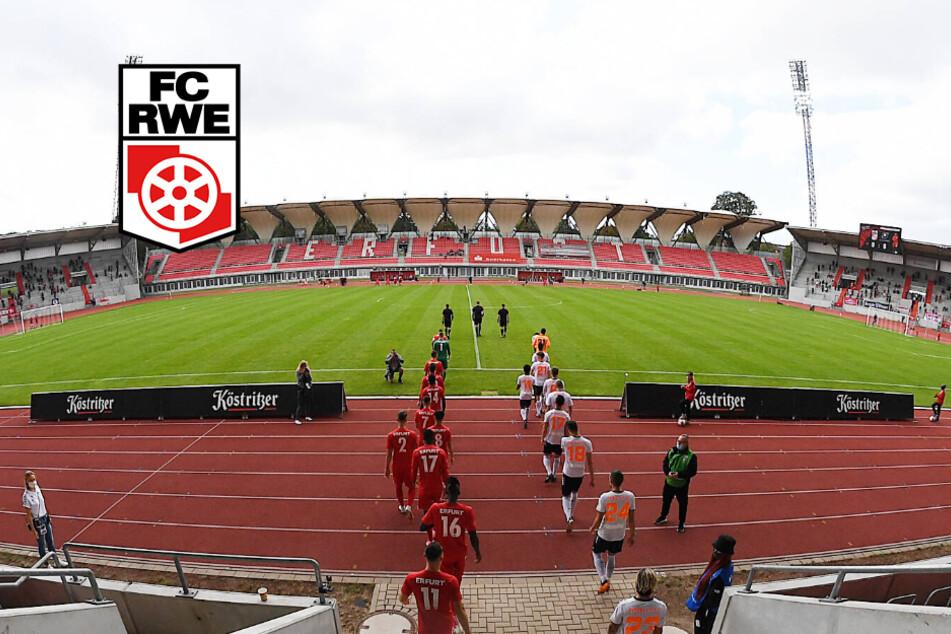 Rot-Weiß Erfurt läuft ins Steigerwaldstadion ein.