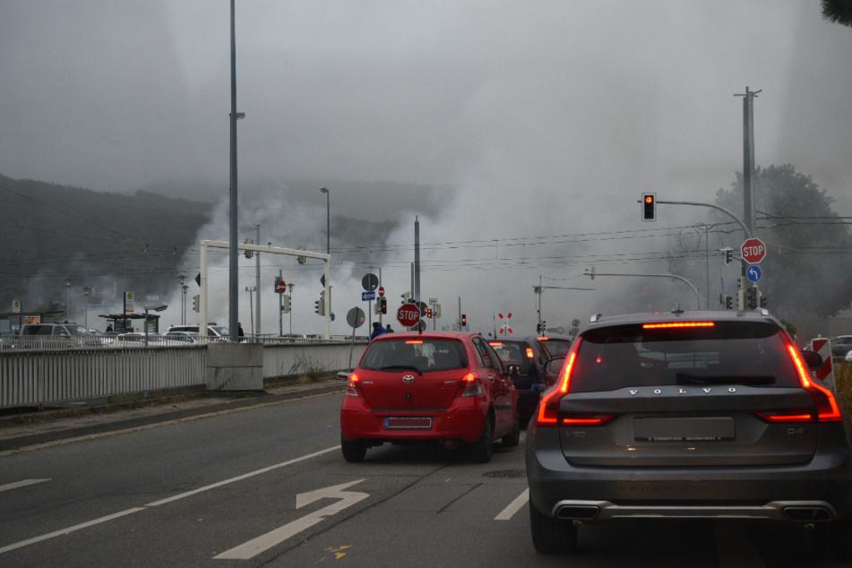 Störungen im Verkehr nach Brand unter Montpellierbrücke in Heidelberg
