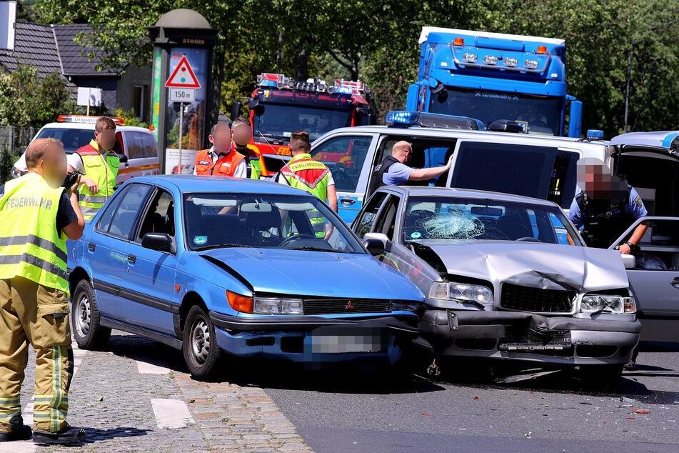 Heftiger Schaden am Volvo, die Motorhaube wurde eingedrückt. Der Mitsubishi wurde an der linken Vorderseite erwischt.