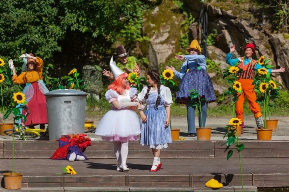Dorothy macht sich an den Greifensteinen auf dem Weg zum Zauberer von Oz.