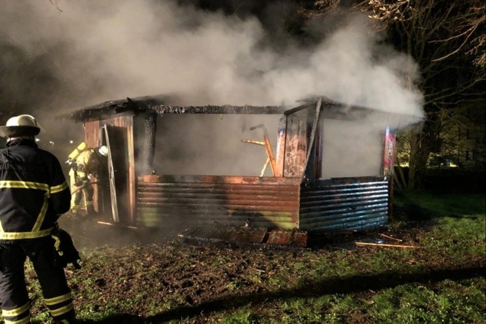 Die Hütte wurde derart stark beschädigt, dass nach ersten Erkenntnissen ein Sachschaden von mehreren Tausend Euro entstanden ist.