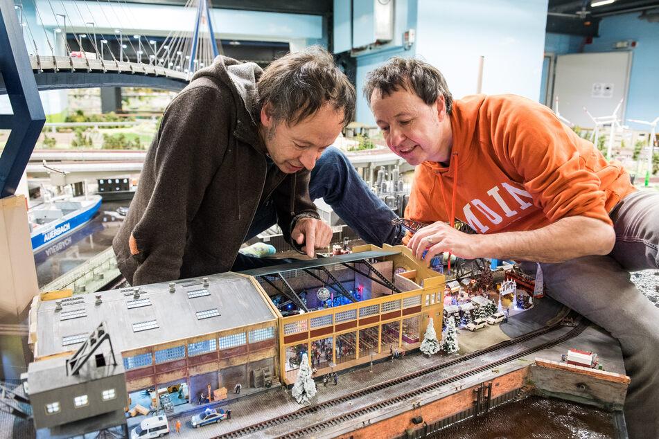 Gerrit (l.) und Frederik Braun, Gründer des Miniatur Wunderlandes, nehmen auch viel Positives aus der Corona-Krise mit. (Archivfoto)