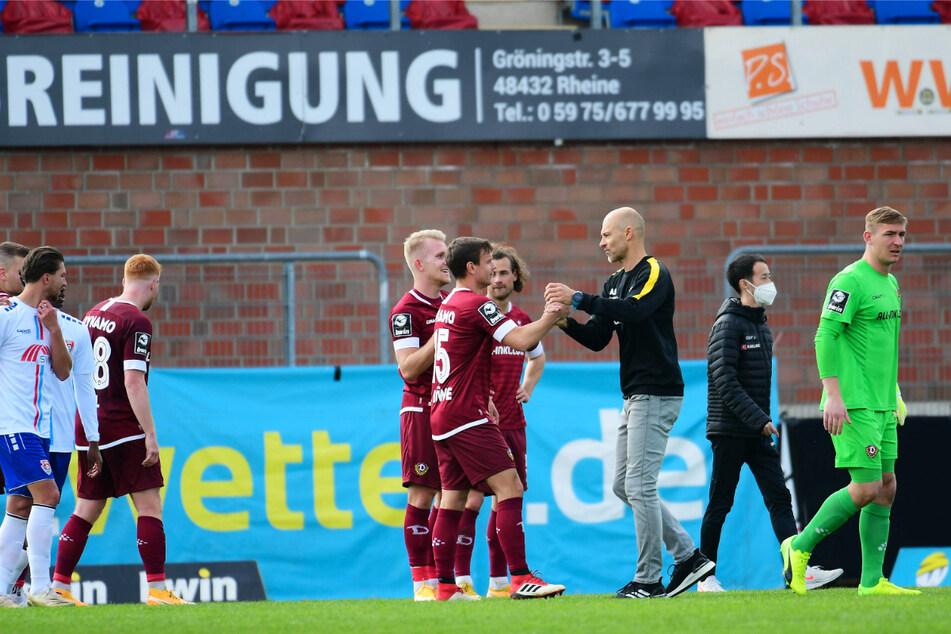 Scheint irgendwie zu passen: Dynamos neuer Trainer Alexander Schmidt (52, 3.v.r.) klatschte nach dem Sieg gegen Uerdingen mit Chris Löwe (32, 5.v.r.) & Co. ab.